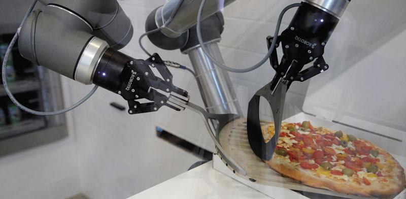 רובוט מכין פיצה. יודע בדיוק אילו תוספות לשים / צילום: Philippe Wojazer, רויטרס