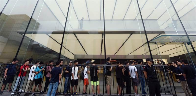 עומדים בתור בכניסה לאפל סטור בהנגזו שבסין / צילום: רויטרס