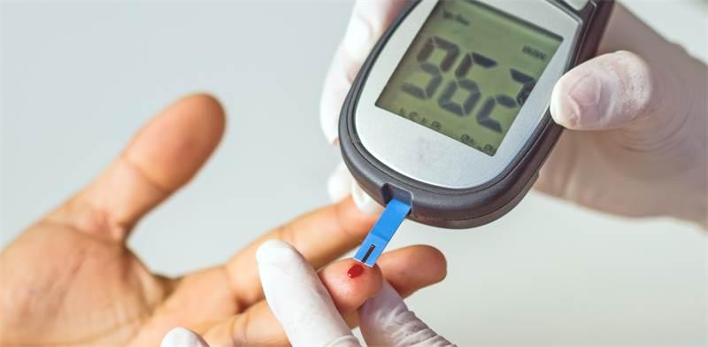 בדיקת רמת סוכר בדם / צילום : שאטרסטוק