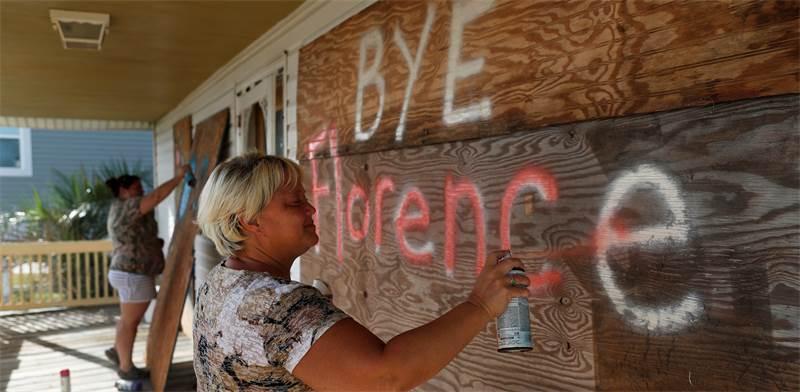 תושבים מתכוננים להוריקן פלורנס / צילום: רויטרס