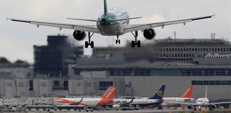 מטוס ממריא משדה התעופה גאטוויק בלונדון / צילום: Reuters, Toby Melville
