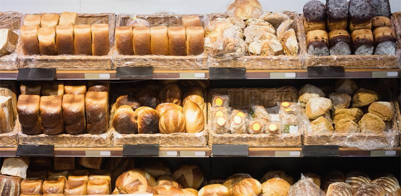 מדפי לחם בחנויות / צילום: shutterstock