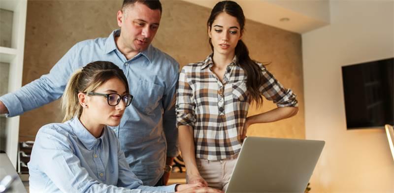 אנשים עם חברים בעבודה שמחים יותר בעבודה / צילום: Shutterstock