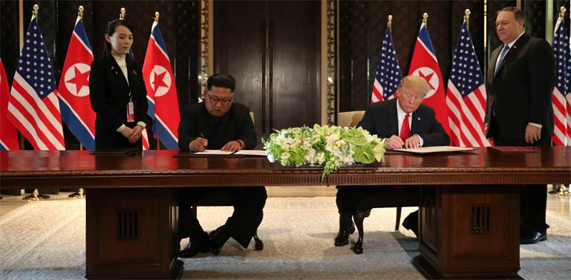 Trump, Kim sign agreement  photo: Jonathan Ernst, Reuters