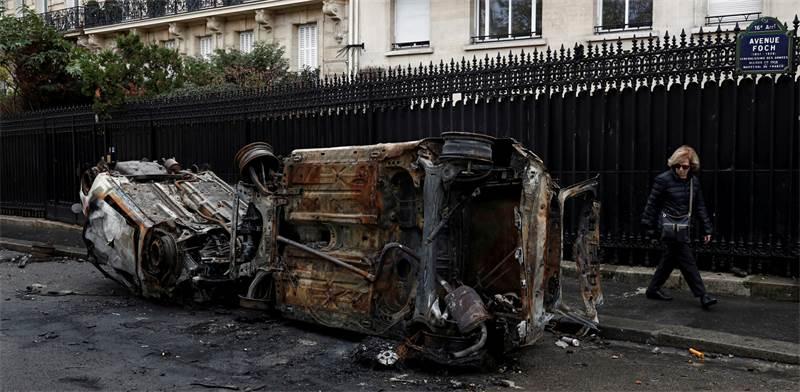 מכוניות שרופות בהפגנות בפריז / צילום: Benoit Tessier, רויטרס