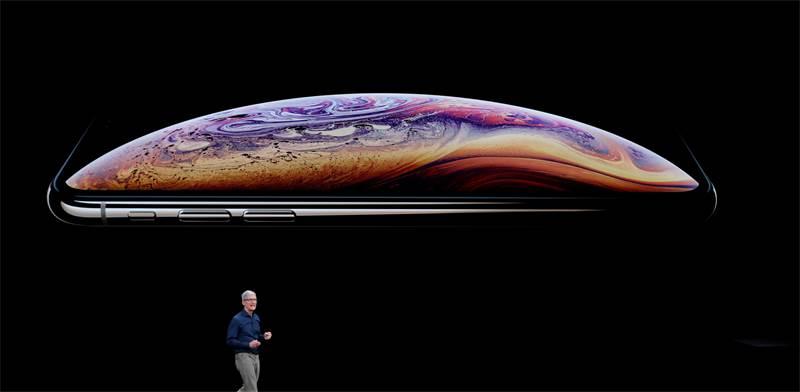 טים קוק והאייפון החדש / צילום: רויטרס