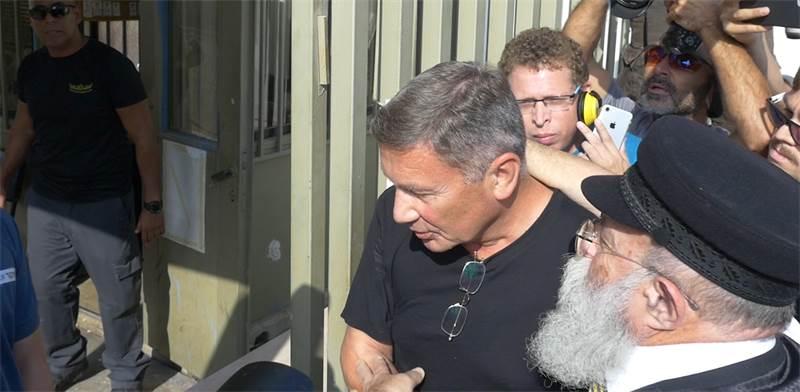 נוחי דנקנר בכניסה לכלא / צילום: אורי סקופ