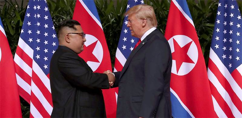 """נשיא ארה""""ב, דונלד טראמפ, ויו""""ר צפון קוריאה, קים ג'ונג און, בפגישתם ההיסטורית בסינגפור / צילום: Jonat"""