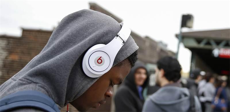 אוזניות Beats / צילום: רויטרס. Shannon Stapleton