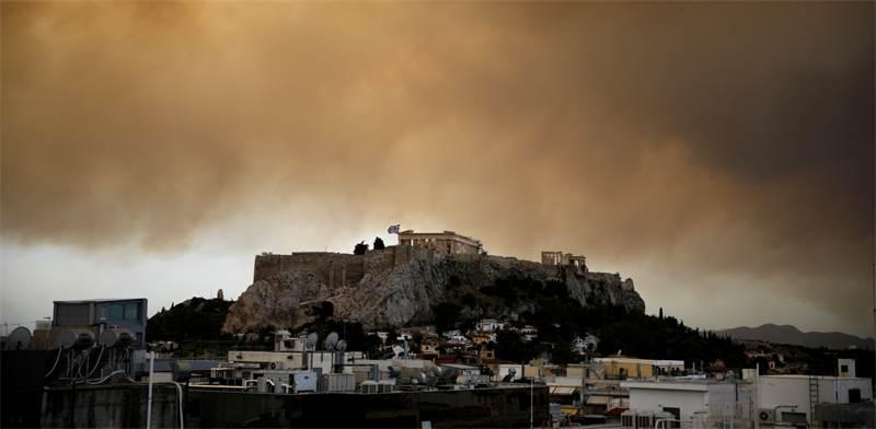 עשן השריפה אופף את הפרתנון באתונה / צילום: REUTERS, Alkis Konstantinidis
