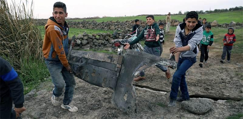 נערים סורים סוחבים חלקי טיל בקוניטרה, היום / צילום: Alaa Faqir, רויטרס