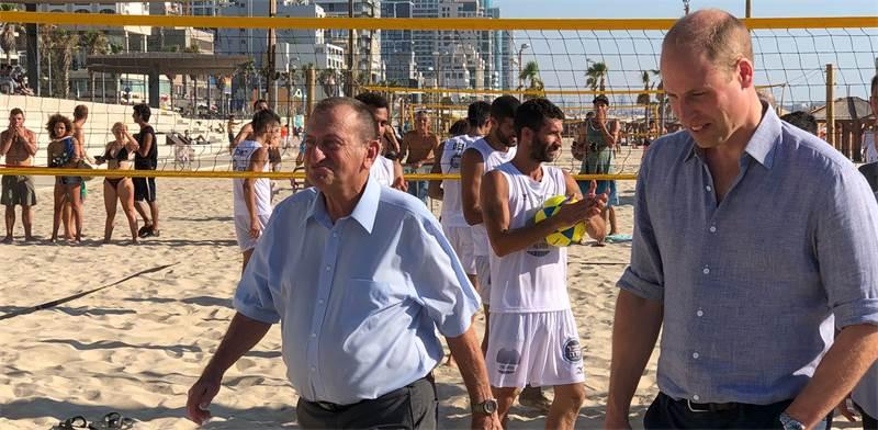 רון חולדאי והנסיך ויליאם בחוף הים בתל-אביב / צילום: טל שניידר