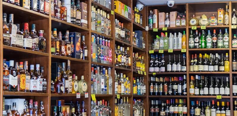 מדף אלכוהול בפיצוציה / צילום: SHUTTERSTOCK