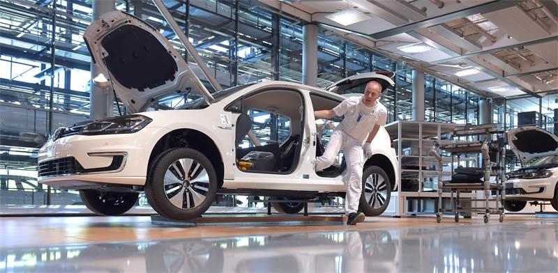 קו הייצור של הרכב החשמלי של פולקסווגן e-Golf בגרמניה / צילום: רויטרס