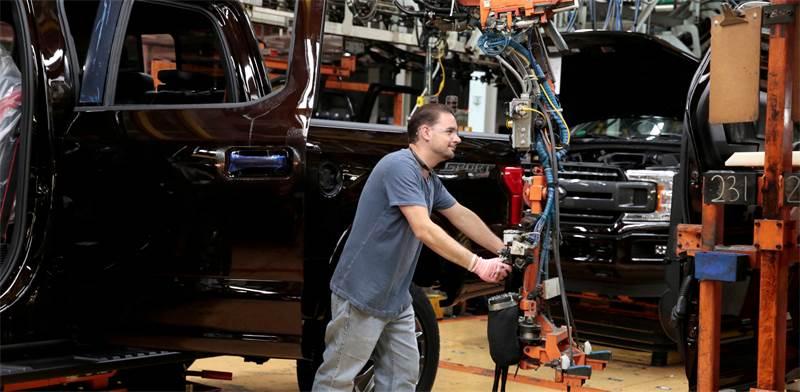 """פועל במפעל פורד בארה""""ב / צילום: רויטרס"""