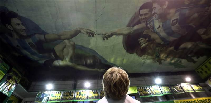 """מראדונה ומסי בהומאז' ל""""בריאת האדם"""" מתקרת הקפלה הסיסטינית / צילום: רויטרס -  Marcos Brindicci"""
