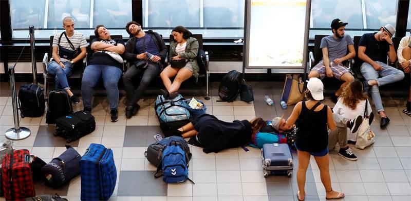 נוסעים בשדה תעופה לאחר ביטול טיסה / צילום: רויטרס