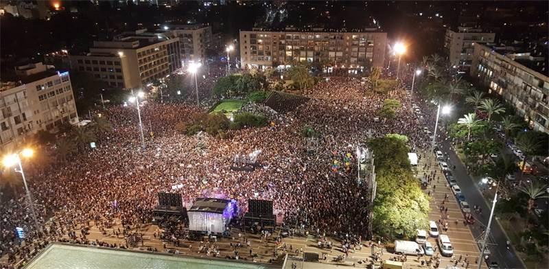 """עדכון חי ממחאת הלהט""""בים: 65 אלף איש מפגינים למען השוויון לקהילה הגאה בכיכר רבין"""