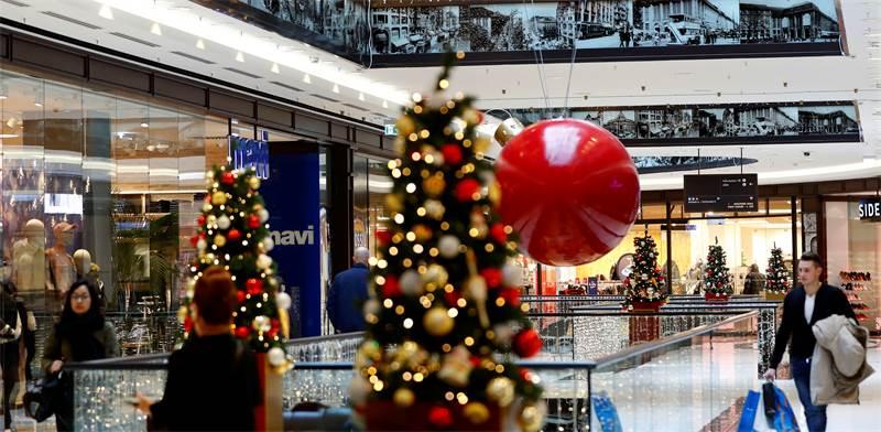 קונים לקראת חג המולד בקניון בברלין. האטה גלובלית תסכן את יכולת פירעון החובות בכל העולם / צילום: Fabrizio Bensch, רויטרס
