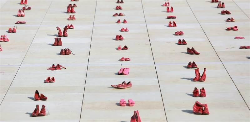 """מיצג הנעליים למחאת הנשים נגד אלימות בכיכר הבימה בת""""א / צילום: שלומי יוסף"""