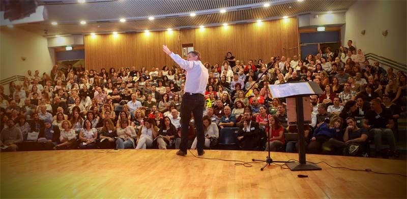 יואב פרידן נואם בכנס השקת ארגון המנהלים / צילום: שלומי יוסף
