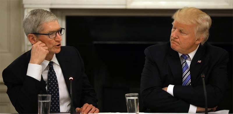 דונלד טראמפ וטים קוק בוועידה בבית הלבן בינואר האחרון / צילום: רויטרס
