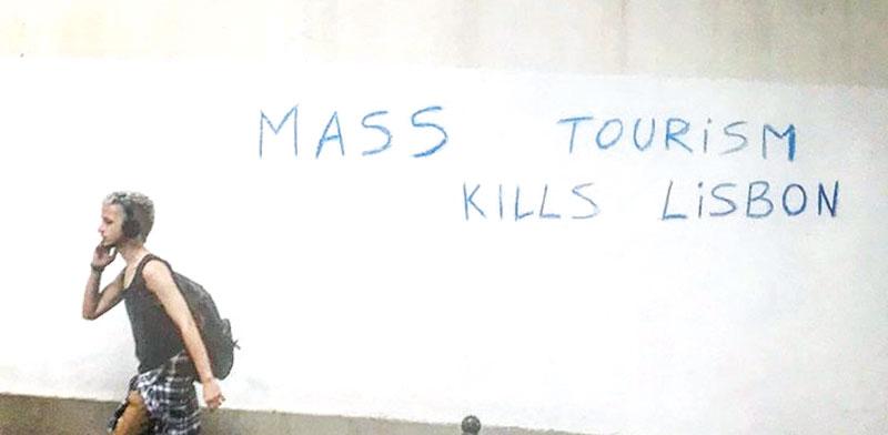 כתובת גרפיטי נגד תיירים בליסבון, פורטוגל / צילום מתוך אינסטגרם: לי־אור אברבך