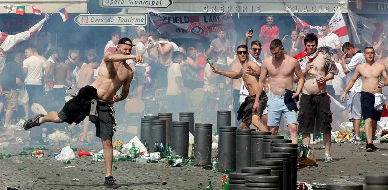 אוהדי רוסיה משתתפים בקרב רחוב  / צילום:רויטרס Jean Paul Pelissier