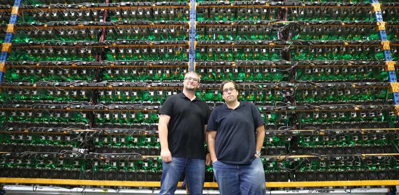 פייר לוק קימפר ומתיו ואשון, מייסדי ביטפארמס, בחווה לכריית ביטקוין בקוויבק / צילום: Bitfarms
