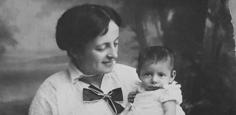סבתא אירית על ברכיה של סבתא רבתא אלזה לוינשטיין