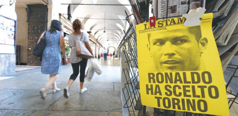 פוסטר של רונאלדו בטורינו / צילום: רויטרס Massimo Pinca