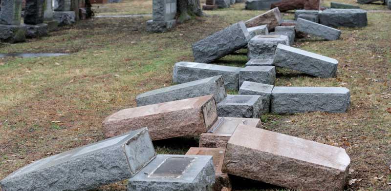 """מצבות שנהרסו בהתקפה אנטישמית בבית קברות יהודי במיזורי ארה""""ב / צילום: רויטרס Tom Gannam"""