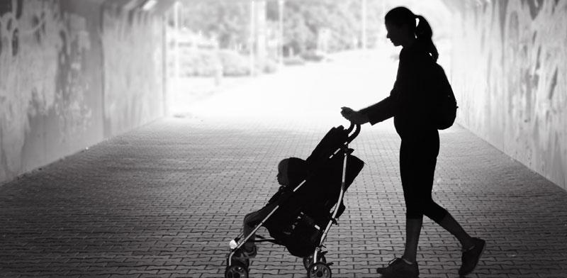 """לפי נתוני הלמ""""ס, 26% מהמשפחות החד-הוריות בישראל חיות בעוני / צילום: Shutterstock א.ס.א.פ קרייטיב"""