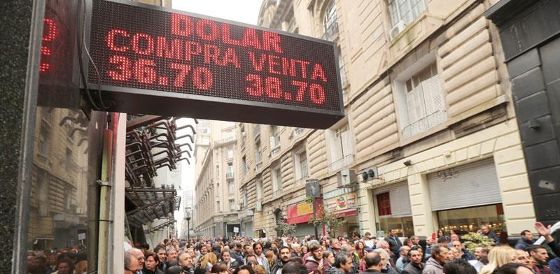 לוח שמציג את שער הפזו בבואנוס איירס / צילום: רויטרס Marcos Brindicci