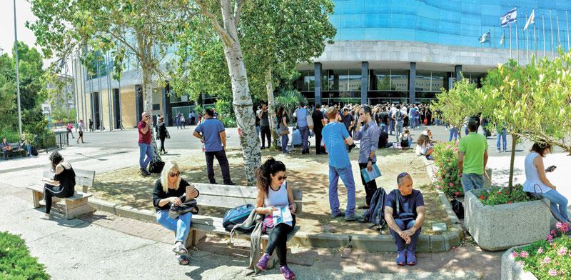 מתמחים ממתינים לבחינת הלשכה בירושלים / צילום: רפי קוץ