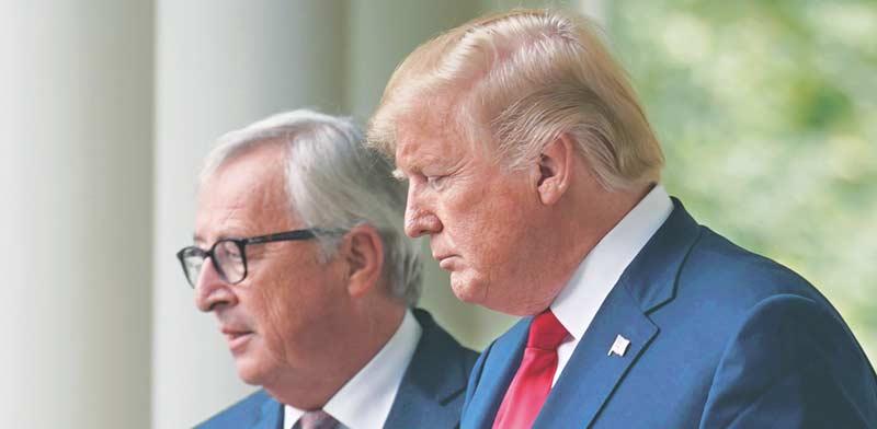 דונלד טראמפ ונשיא הנציבות האירופית ז'אן קלוד–יונקר/  צילום: רויטרס Joshua Roberts