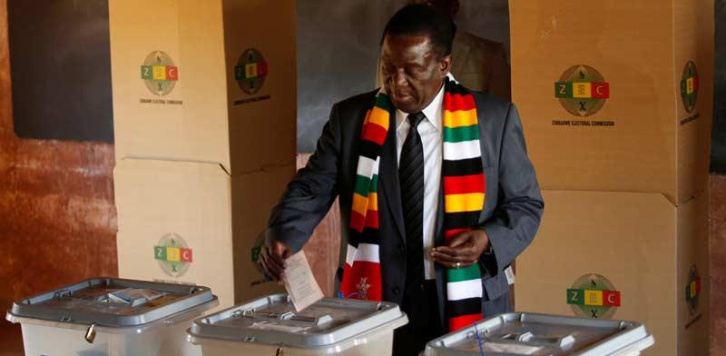 נשיא זימבבואה, אמרסון מנאנגאגווה, מצביע בבחירות  / צילום: רויטרס, Philimon Bulawayo