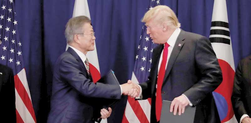 "נשיאה ארה""ב דונלד טראמפ ונשיא דרום קוריאה מון ג'יאה־אין / צילום: רויטרס, Carlos Barria"