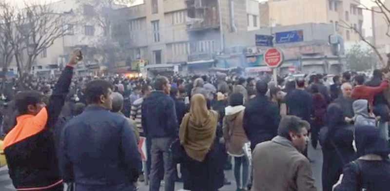 מפגינים בטהרן / צילום: רויטרס