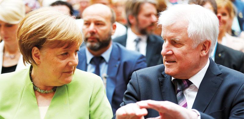 קנצלרית גרמניה אנגלה מרקל ושר הפנים הורסט זיהופר / Hannibal Hanschke , צילום: רויטרס