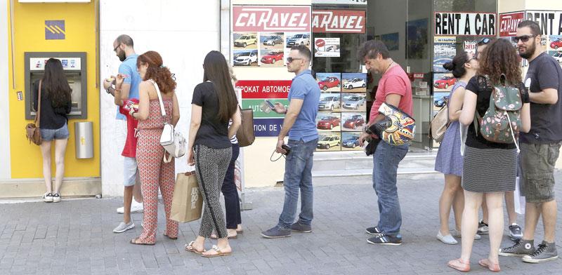 תור לכספומט ביוון / צילום: רויטרס