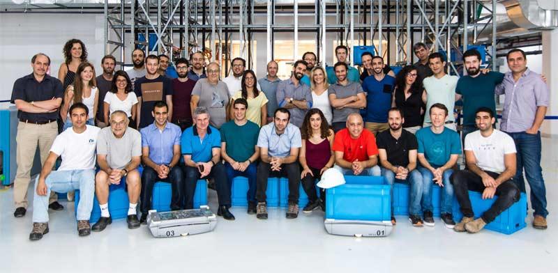 עובדי קומונסנס והעגלה הרובוטית של החברה / צילום: באדיבות קומונסנס רובוטיקס