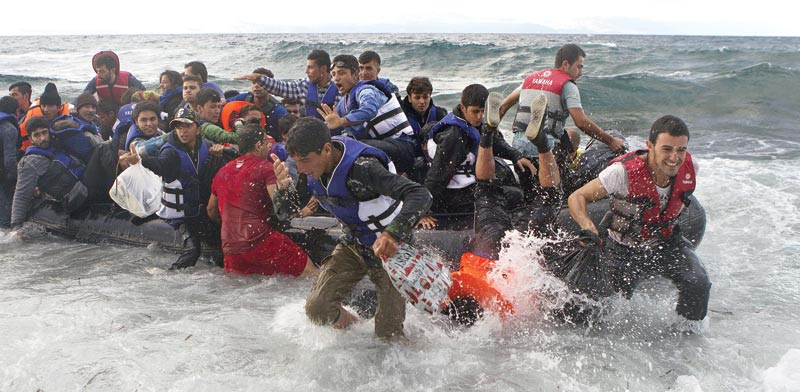 סירת פליטים בחוף לסבוס ביוון / צילום: רויטרס, Dimitris Michalakis