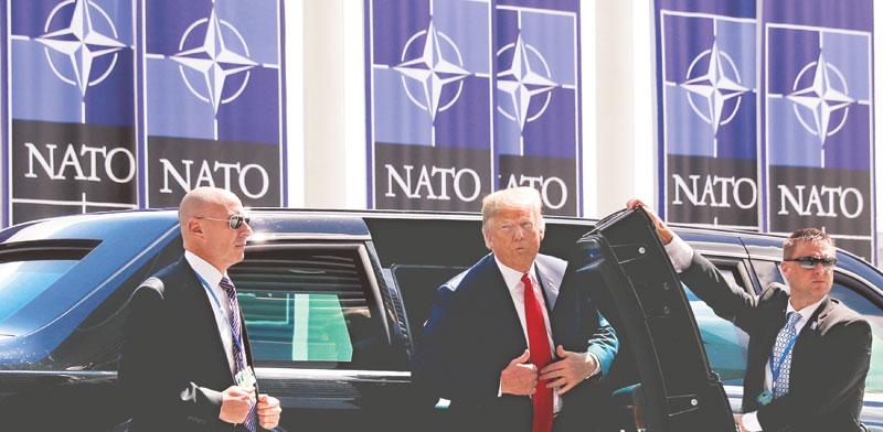"""נשיא ארה""""ב דונלד טראמפ מגיע לכינוס של ראשי נאט""""ו / צילום: רויטרס Kevin Lamarque"""