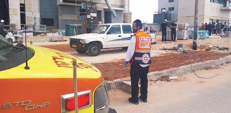 """כוחות מד""""א באזור תאונת העבודה שבה נהרגו 2 פועלי בניין בראש העין / צילום ניר שלהב, דוברות מד""""א"""