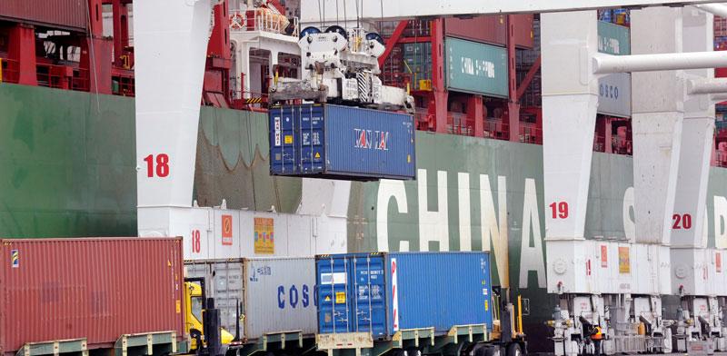 """סחורות סיניות מחכות לפריקה בארה""""ב./ Bob Riha Jr , צילום: רויטר"""