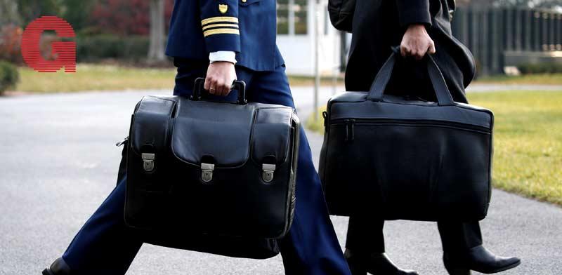 המזוודה הגרעינית המלווה את נשיא ארצות הברית / צילום: רויטרס -  Jonathan Ernst