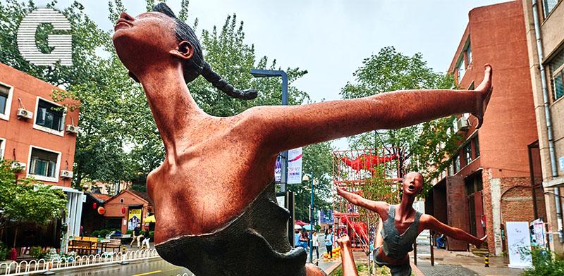 מתחם 798. לאורך הרחובות ובכיכרות משולבים פסלים / צילום: Shutterstock | א.ס.א.פ קריאייטיב