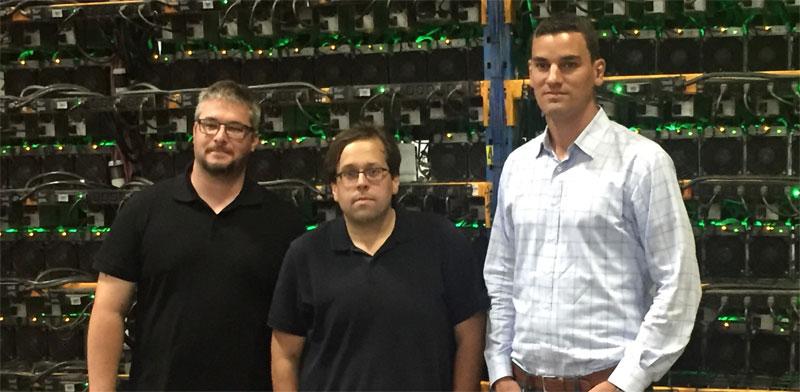 """ווס פולפורד (מימין), מנכ""""ל ביטפארמס, ושניים ממייסדיה, פייר-לוק קימפר ומתיו ואשון, בחוות כריית ביטקוין בקוויבק / צילום: Bahador Zabihiyan"""