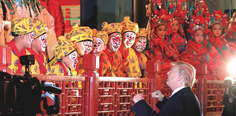 דונלד טראמפ באופרה בעיר האסורה בבייג'ין / צילום: ג'ונתן ארנסט, רויטרס